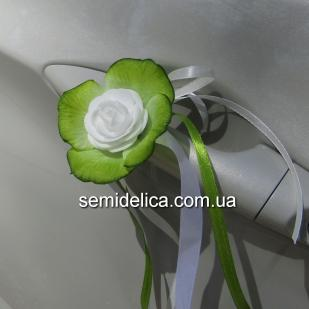 Белые розочки в зеленых лепестках