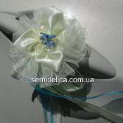 Молочный цветок с голубой серединкой