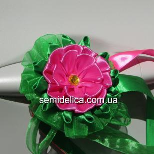 Розовый цветок в зелени